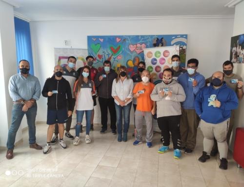 El Club Balonmano Ciudad de Algeciras entrega abonos a usuarios del Servicio de Deporte y Ocio APADIS